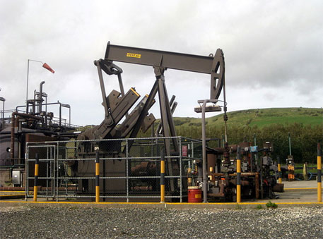 Pumpjack in Kimmeridge Bay oil field, Southern England (Image courtesy: Wikimedia Commons)