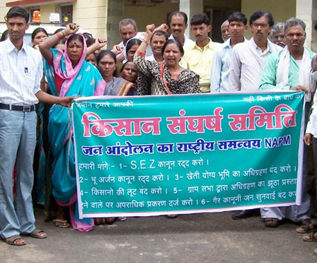 Farmers and landowners protesting against land aquisition at the PWD guest house in Saunsar (Photo: Mukesh Badge)