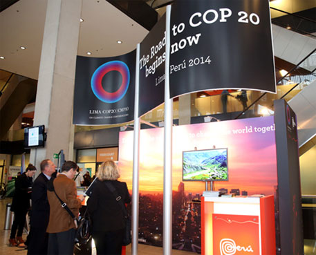 Participants visiting the COP 20/CMP10, Lima, Peru booth (image courtesy IISD)