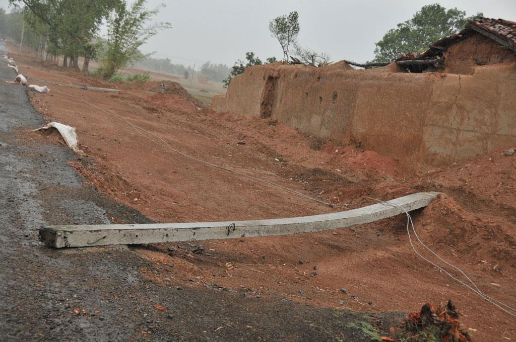 Nearly no professional assistance was provided for wiring and the erection of poles in Mahuatand village. Toppled electric poles line the highway connecting Mahutand to Giridih after just 30 minutes of light rainfall. Credit: Shreeshan V