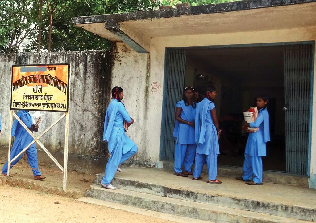 सुदूर इलाकों के विद्यार्थी दंतेवाड़ा के रोंझे गांव स्थित मध्य विद्यालय में पढ़ने आते हैं।  विद्यालय गांव से दूर होने के कारण  विद्यार्थियों को छात्रावास में रहना पड़ता है
