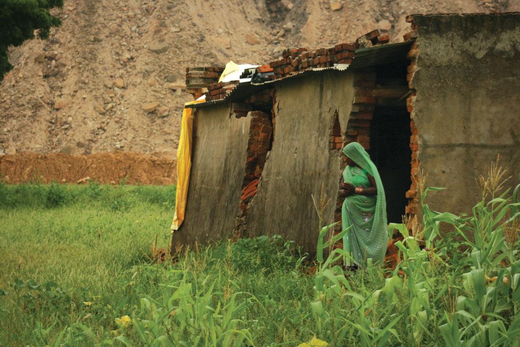 अमलोहरी खदान में किए जा रहे विस्फोटों से पुनर्वास बस्ती में बने घरों में दरारें पड़ने लगी हैं। कइयों के घर टूट भी गए हैं (फोटो: अनुपम चक्रवर्ती)