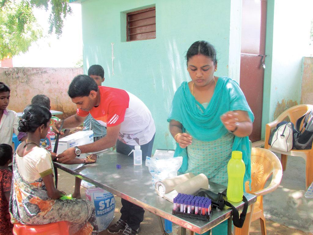 मदुरई कामराज विश्वविद्यालय के शोधकर्ता, ग्रामीणों में मधुमेह की जांच के लिए खून का नमूना एकत्र करते हुए (अरुल / मदुरई कामराज विश्वविद्यालय)