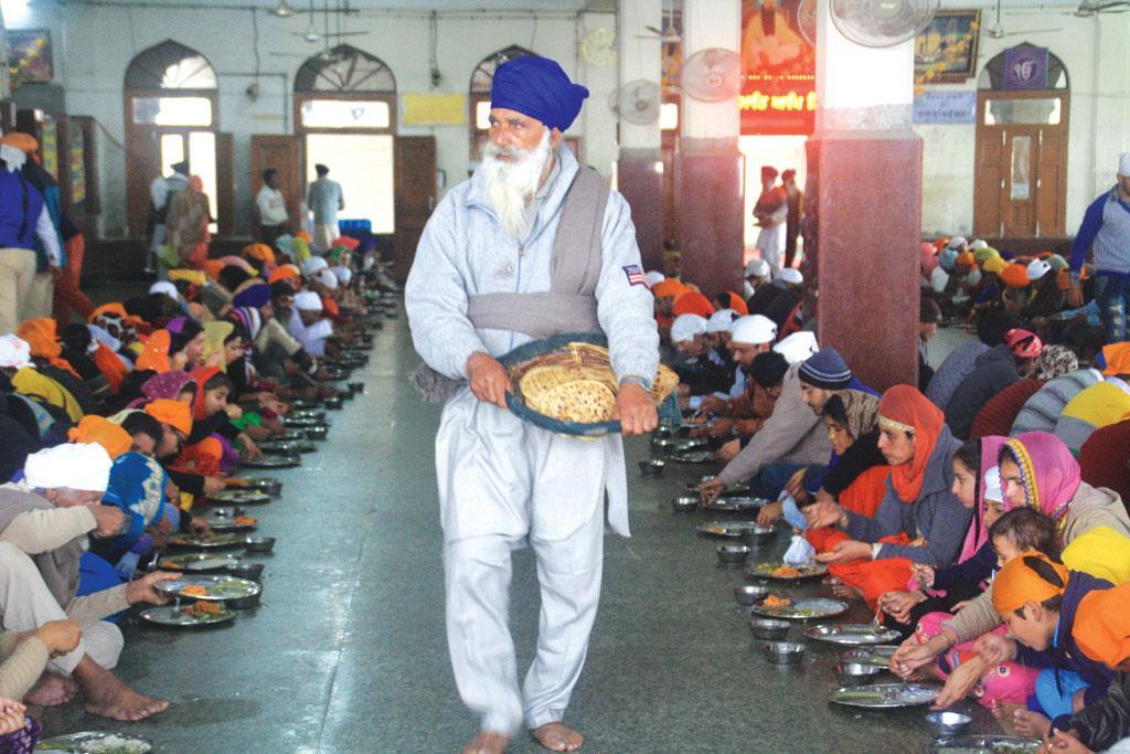 अमृतसर के स्वर्ण मंदिर में प्रतिदिन 60,000 - 70,000 श्रद्धालुओं को निशुल्क खाना खिलाया जाता है (फोटो: कर्णिका बहुगुणा)