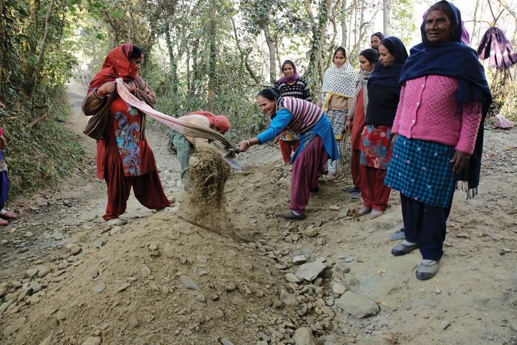 बरसाती पानी के निकास के लिए अपने गांव में नाले का निर्माण करतीं भयारता ग्राम पंचायत की महिला मंडल की सदस्य