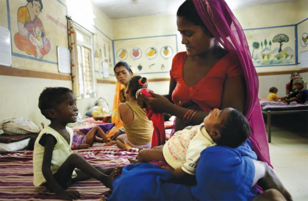 श्योपुर का कराहल स्थित एनआरसी इन दिनों चर्चा में है। बीस बिस्तरों वाले इस पोषण पुनर्वास केंद्र में सितंबर माह में डेढ़ सौ अति कुपोषित बच्चे इलाज के लिए लाए जा चुके हैं। बच्चों की तादाद अधिक हुई तो मजबूरी में जमीन पर ही बिस्तर लगाना पड़ा