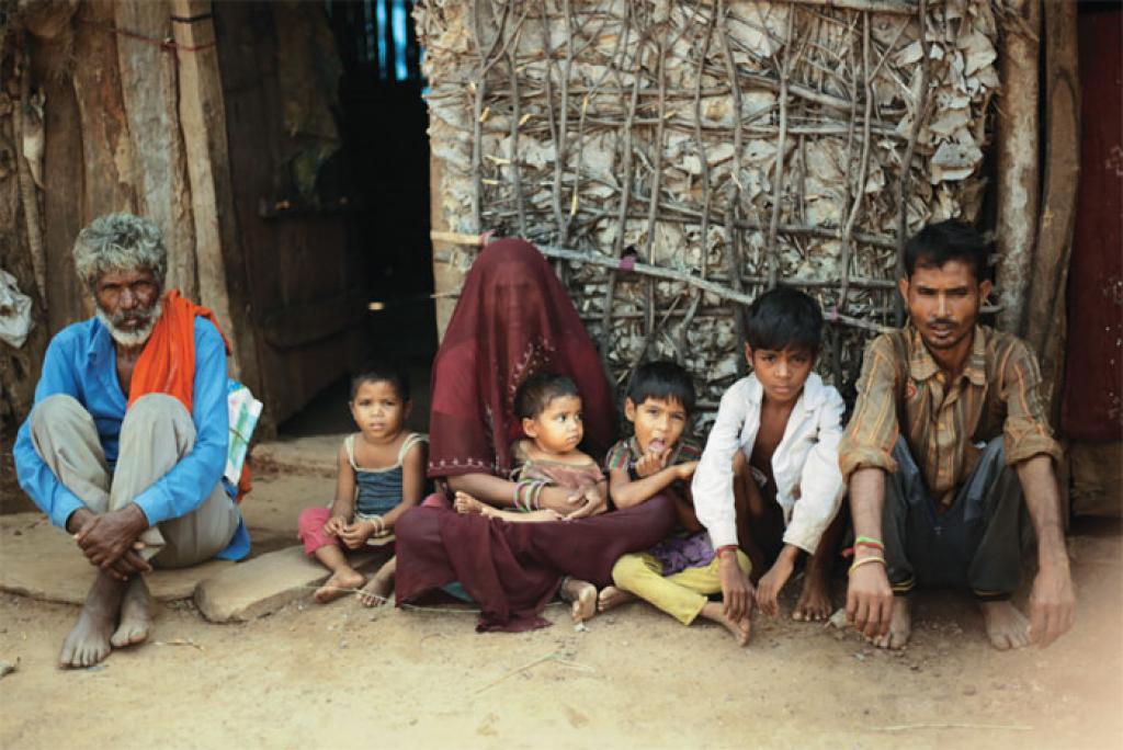 भैरोपुरा गांव के शिवराज का एक साल का बेटा अगस्त में कुपोषण के चलते मौत के मुंह में चला गया। वह बताते हैं कि उनकी आर्थिक हालत बिगड़ती जा रही है। परिवार का पेट पालना मुश्किल हो गया है। ऊपर से सरकार ने जंगल में घुसने पर भी पाबंदी लगा रखी है