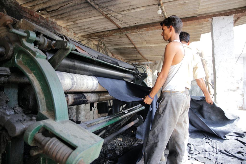 चमड़ा उद्योग में काम करने वाले मजदूर डरे हुए हैं कि बूचड़खानों पर प्रतिबंध से उद्योग और उनकी रोजी-रोटी पर भी असर पड़ेगा