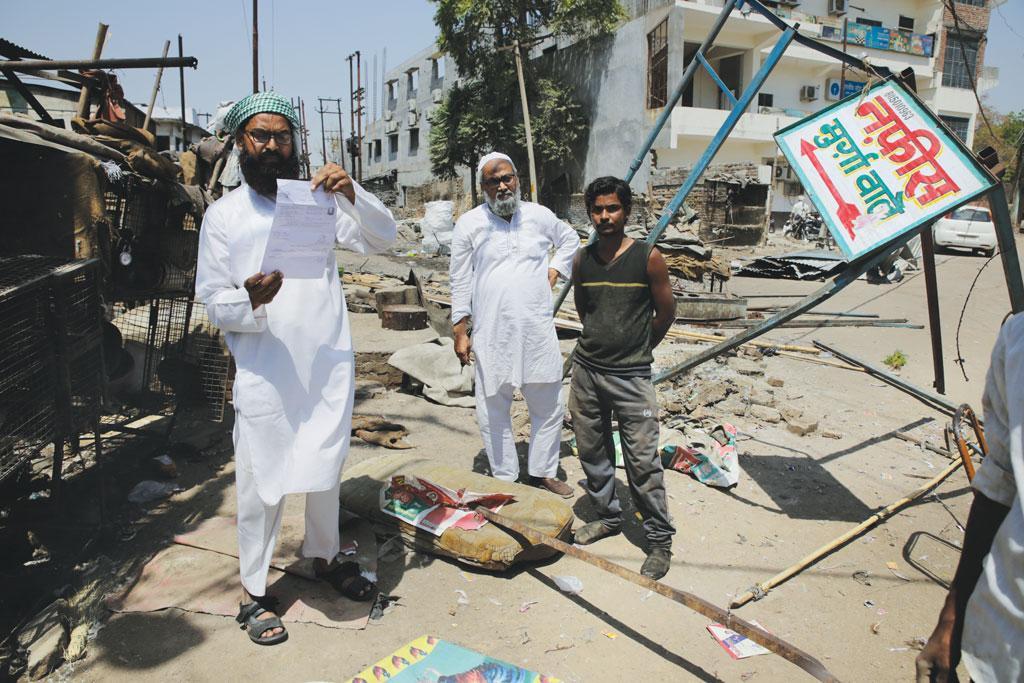 उत्तर प्रदेश सरकार के आदेश के दो दिन बाद बांदा जिले में प्रशासन ने मांस की 128 दुकानों को ढहा दिया