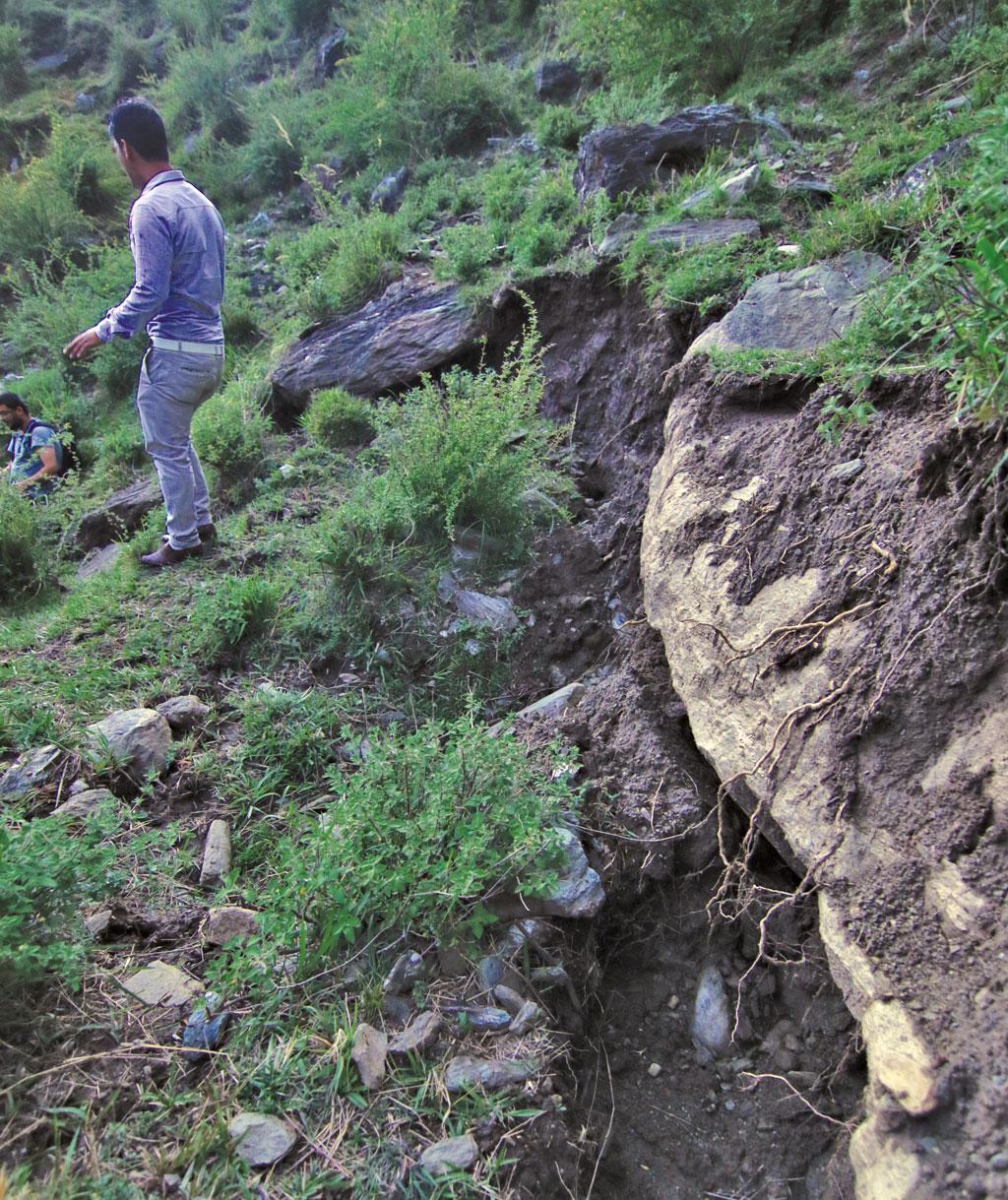 सुरंग में रिसाव की वजह से पहाड़ में 500  मीटर की दरार उत्पन्न हो गई है