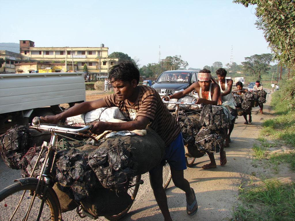 झारखंड के धनबाद जिले में कोयला खदान से बाजार में बेचने के लिए कोयला ले जाते स्थानीय लोग  (सुगंध जुनेजा / सीएसई)