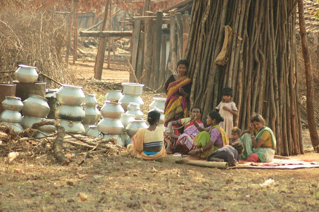 ओडिशा के जोड़ा बरबिल गांव के निकट लौह अयस्क के खनन से प्रभावित ग्रामीण  (अग्निमिढ़ बासु / सीएसई)
