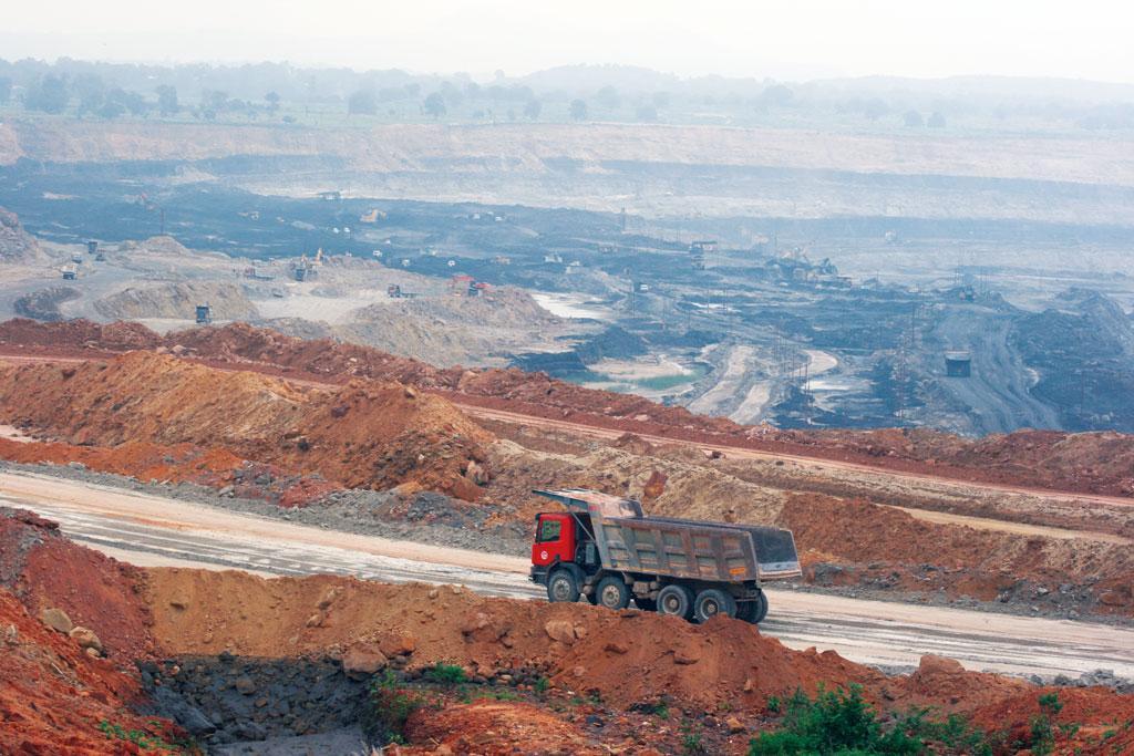 मध्य प्रदेश के सिंगरौली जिले में स्थित कोयले की खदान। यह खदान क्षेत्र में बड़े पैमाने पर प्रदूषण का कारण बन रहा है (अनुपम चक्रवर्ती / सीएसई)