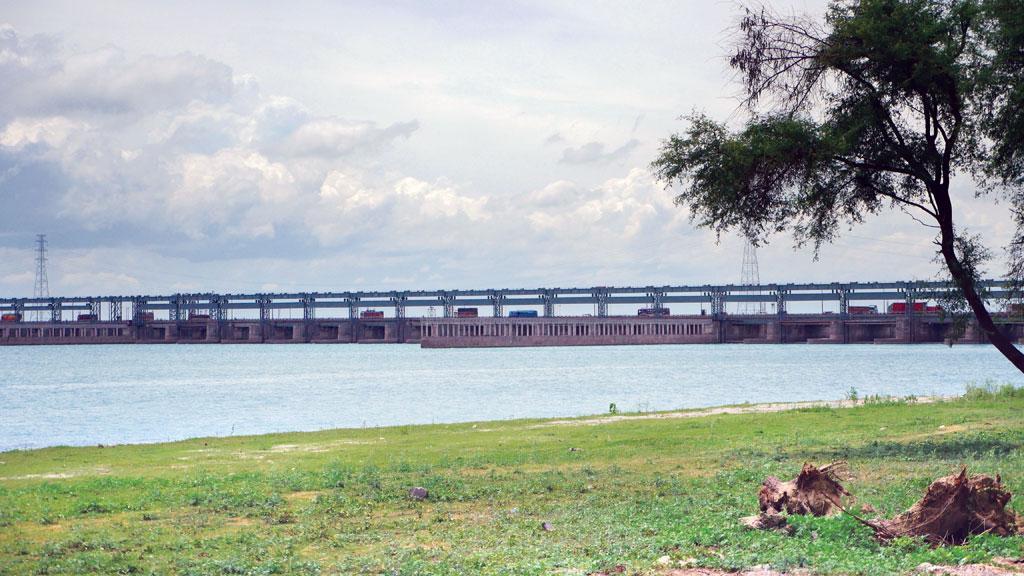 फरक्का बैराज के फाटक 15 मीटर से ऊंचे हैं और यह 87 मिलियन घन मीटर पानी रोक कर रखते हैं, इस लिहाज से यह एक विशाल बांध है (भास्करज्योति गोस्वामी / सीएसई)