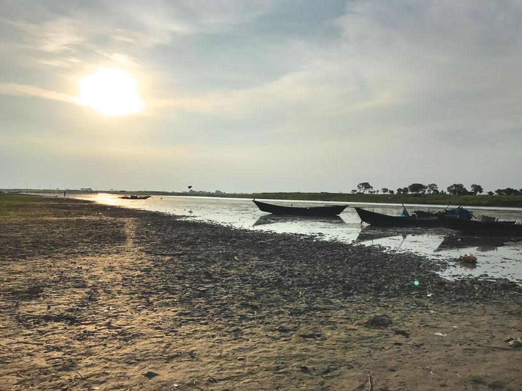 साहिबगंज में गंगा की एक मरणासन्न धारा। नदी विशेषज्ञों का कहना है कि गंगा में जमती गाद का एक कारण नदी में घटता प्रवाह है जो गाद को बहा ले जाने में अक्षम है (अर्चना यादव / सीएसई )
