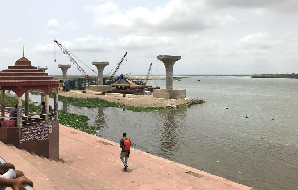 पटना में बन रहे 'गंगा पाथ' के निर्माण में अनुमति न होते हुए भी गंगा में मिट्टी डाल कर रास्ता भर दिया गया है। गंगा के किनारे इस तरह की छेड़खानी से भी नदी की सेहत बिगड़ी है (अर्चना यादव / सीएसई)