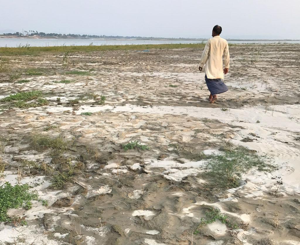 मुंगेर के नारायण सैनी बताते हैं कि  एक समय गंगा में 3० से ४० हाथ पानी था,  जो अब आठ-दस हाथ ही रह गया है।   नदी के बीच में बने इस टापू पर खेती की कोशिश हो रही है (अर्चना यादव / सीएसई)