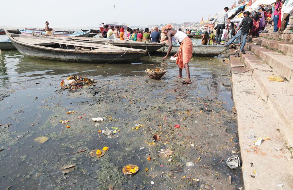 देश की सांस्कृतिक राजधानी का दर्जा प्राप्त वाराणसी के प्रसिद्ध गंगा घाट में से एक घाट में सफाई की असलियत