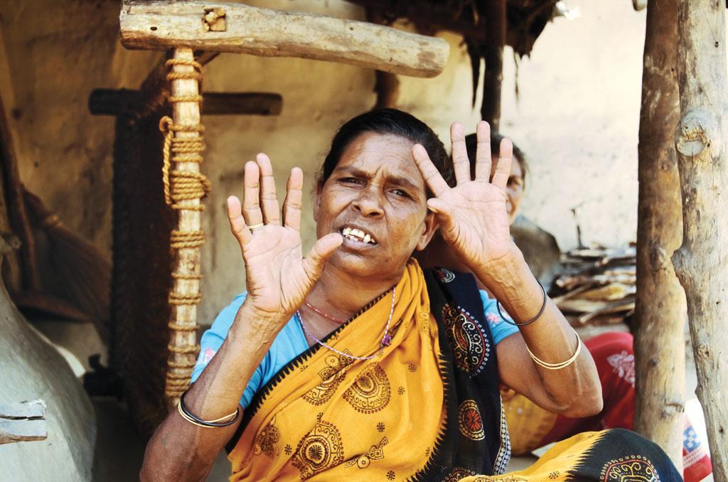 गांव के 85 परिवार हैं जो प्रदूषण के कारण अक्सर बीमार रहते हैं। इन परिवारों में अधिकांश दलित और आदिवासी हैं। यहां गर्मियों में कई बार तापमान 50 डिग्री सेल्सियस तक पहुंच जाता है। ऐसी गर्मी में महिलाओं को टैंकर से पानी ढोना पड़ता है। अपनी इन्हीं तकलीफों को बयां करती गांव की यह महिला (फोटो : रंजन के पांडा)