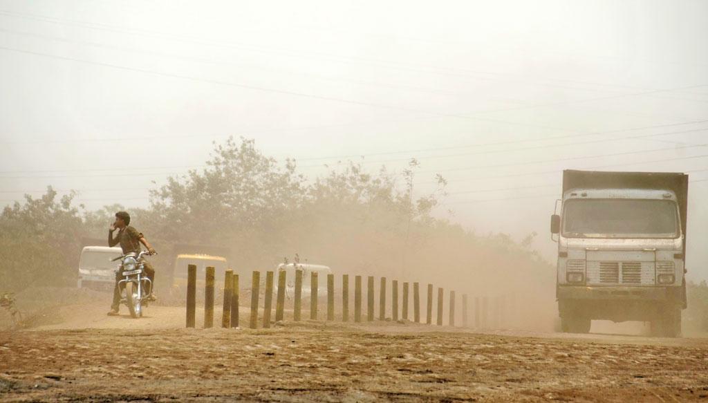 खनन ने ग्रामीणों के जंगल और खेत उजाड़ दिए हैं।  वाहनों की आवाजाही से यहां अक्सर धूल उड़ती रहती है