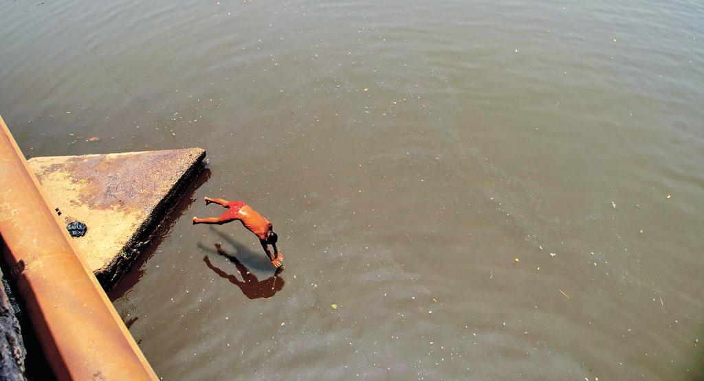 कुछ साल पहले तक लीलारी नाला के पानी का इस्तेमाल पीने के लिए होता था। यह अब प्रदूषित हो चुका है। गर्मियों में इसके किनारे छोटे कुए बनाकर लोग पानी निकालते थे। कुछ लोग ऐसा अब भी करते हैं क्योंकि उनका मानना है कि टैंकर के पानी से खाना ठीक से नहीं पकता