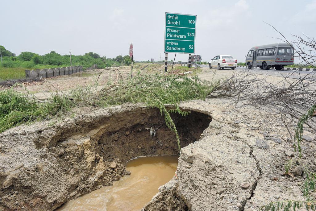 जयपुर से पाली जाने वाले राष्ट्रीय राजमार्ग  स्थित भानपुरा गांव के पास नाली नहीं होने के कारण राजमार्ग की सड़क धंस गई