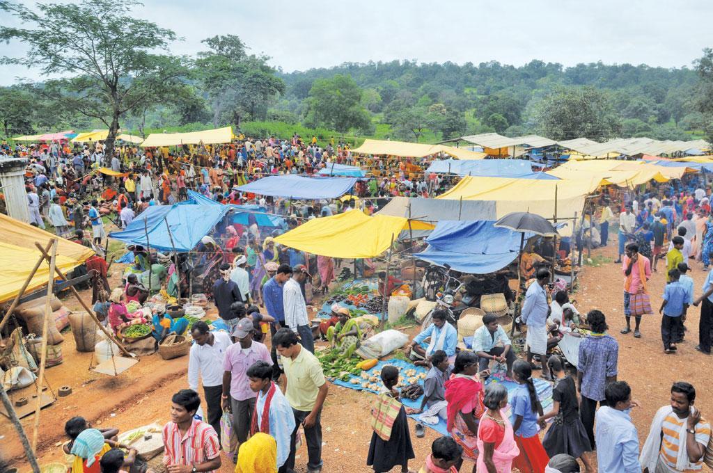 छत्तीसगढ में ग्रामीण बाजार सबसे अधिक प्रभावी ढंग से काम कर रहे हैं। राज्य में एक गांव में लगे हाट में ग्रामीण अपनी जरूरतों का समान खरीदते हुए (सायंतन बेरा / सीएसई)