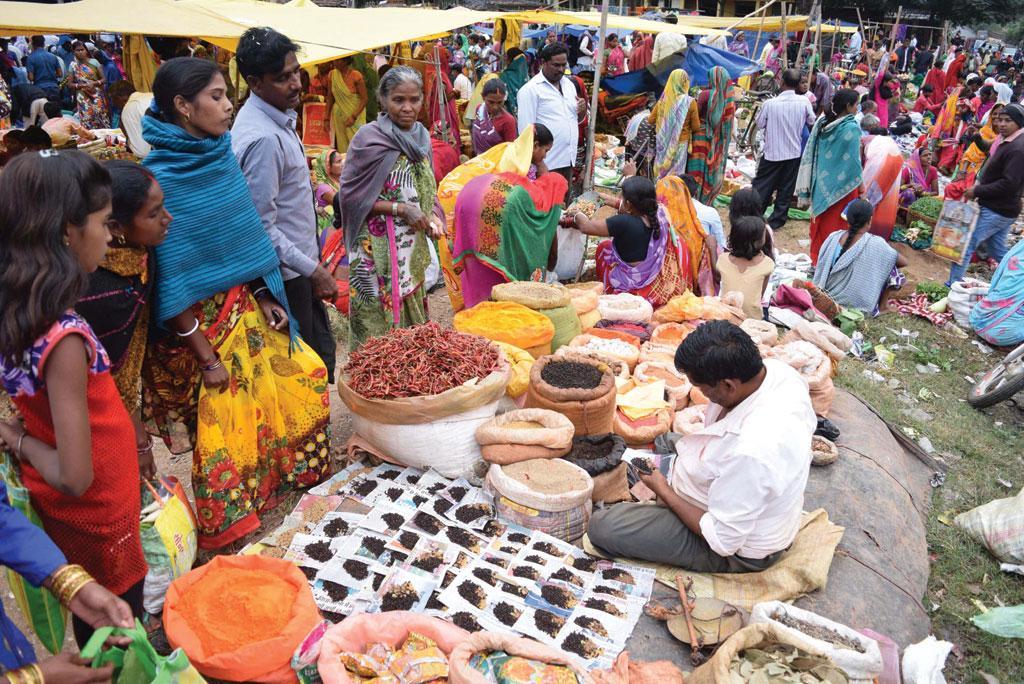 झारखंड के गिरिडीह जिले के खैरा गांव में लगे साप्ताहिक बाजार में गांव वाले खरीदारी करते हुए (प्रीति सिंह)