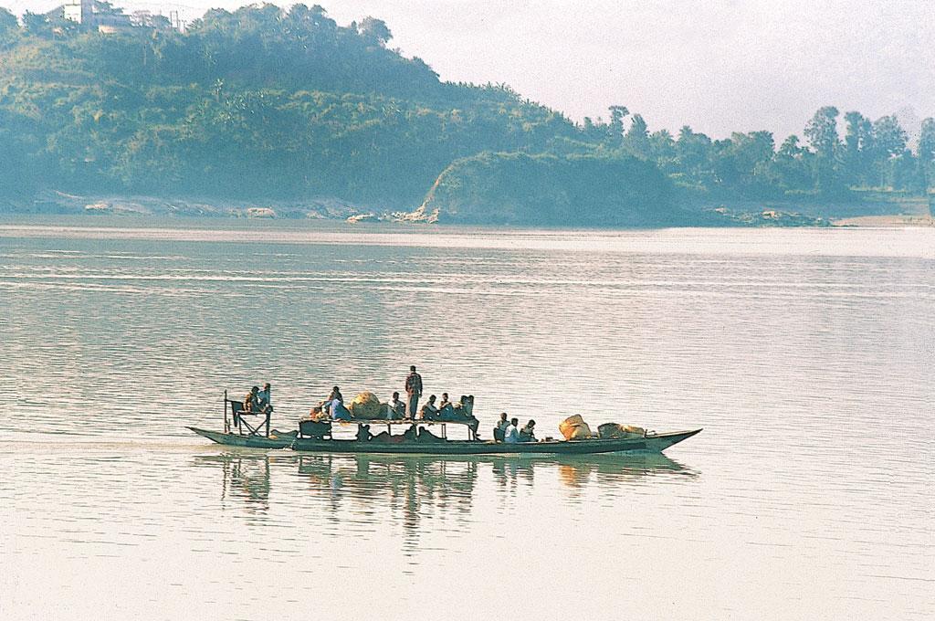 असम घाटी में ब्रह्मपुत्र नदी के किनारे अनेक प्राकृतिक झील और चंवर हैं। ये पानी को थामते हैं। इन चंवरों में धान की फसल भी उगाई जाती है (अरविंद यादव / सीएसई)