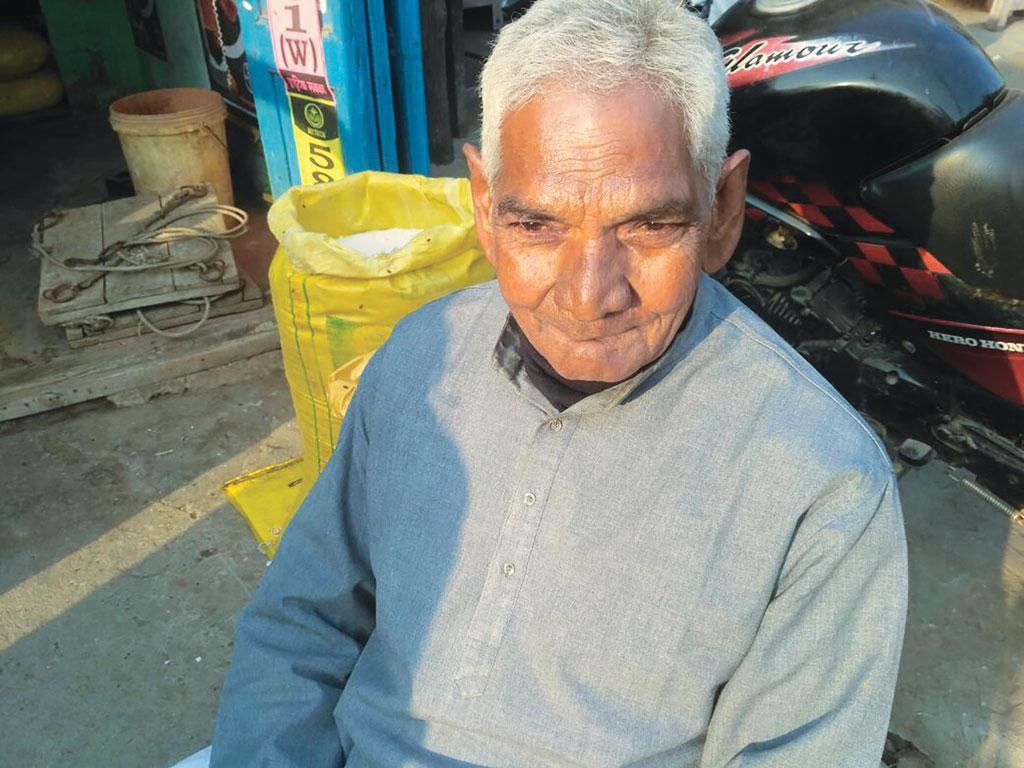 बिहार के बेगुसराय के सलौना गांव के 80 वर्षीय देवनंदन चौधरी के अनुसार, यूरिया के उपयोग से कुएं और तालाब का पानी पीने लायक नहीं रह गया है (आशुतोष)