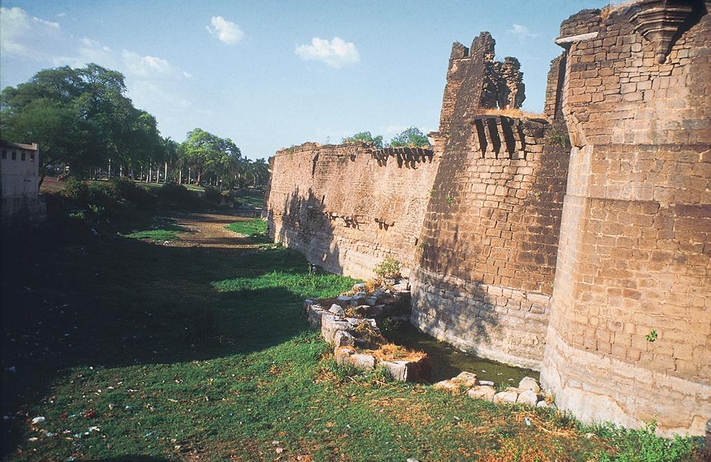असार महल जलाशय में चटृानी जल मार्गों से पानी आता था और अर्क किला  के बाहर बनी खाई, जो किले की रक्षा के साथ पानी की आपूर्ति भी करती थी। यहां एक झरने का पानी मोड़कर लाया जाता था