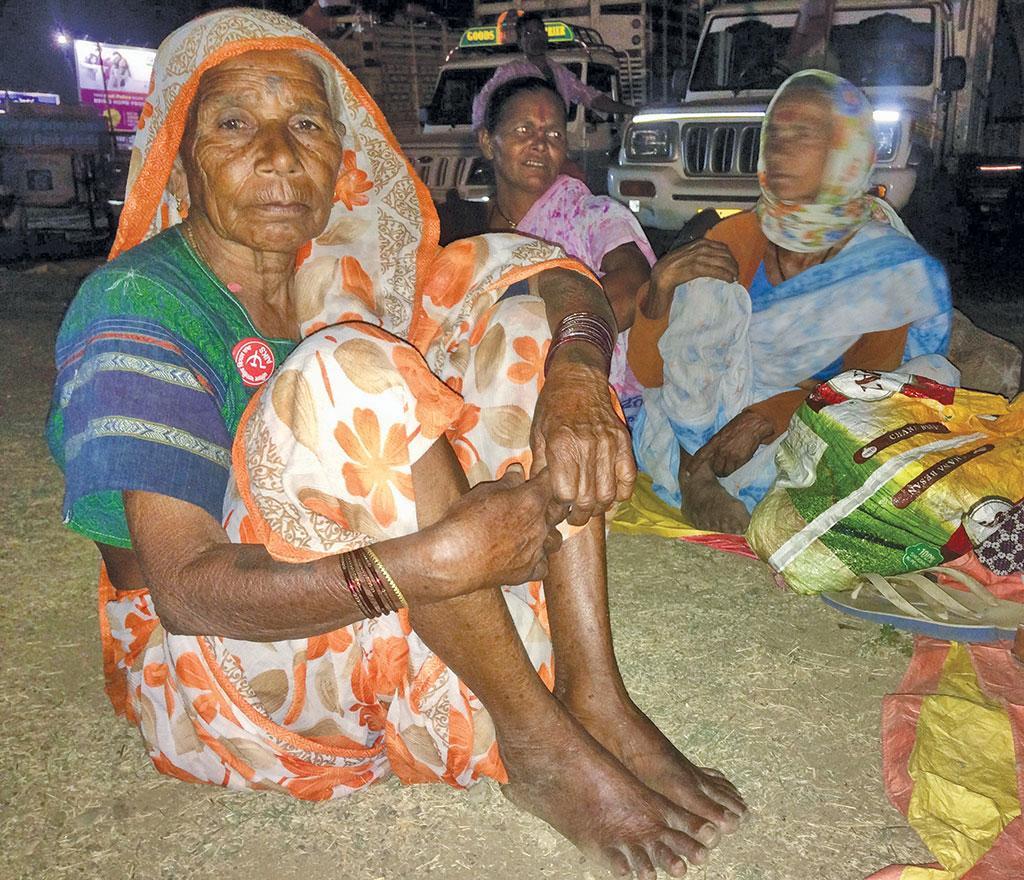 महादेव कोली आदिवासी कमलाबाई गोविंद मोरे नासिक के पिपलगांव से करीब 200 किमी की दूरी तय करके मुंबई पहुंचीं