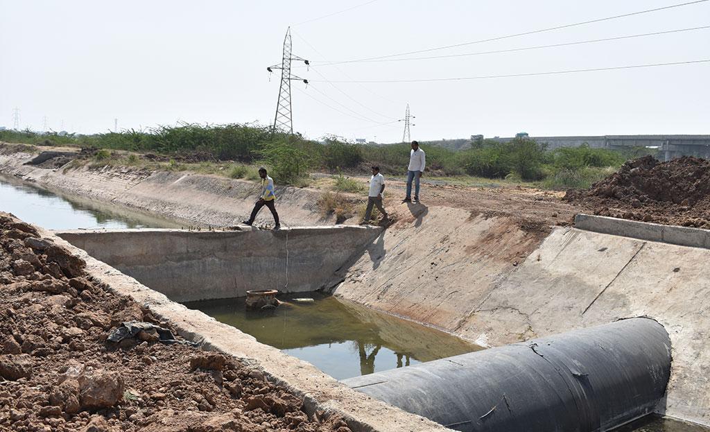 सरकार नहरों की शाखाओं और छोटी नहरों के निर्माण पर ध्यान नहीं दे रही है जो नर्मदा के पानी को किसानों तक पहुंचा सकती हैं