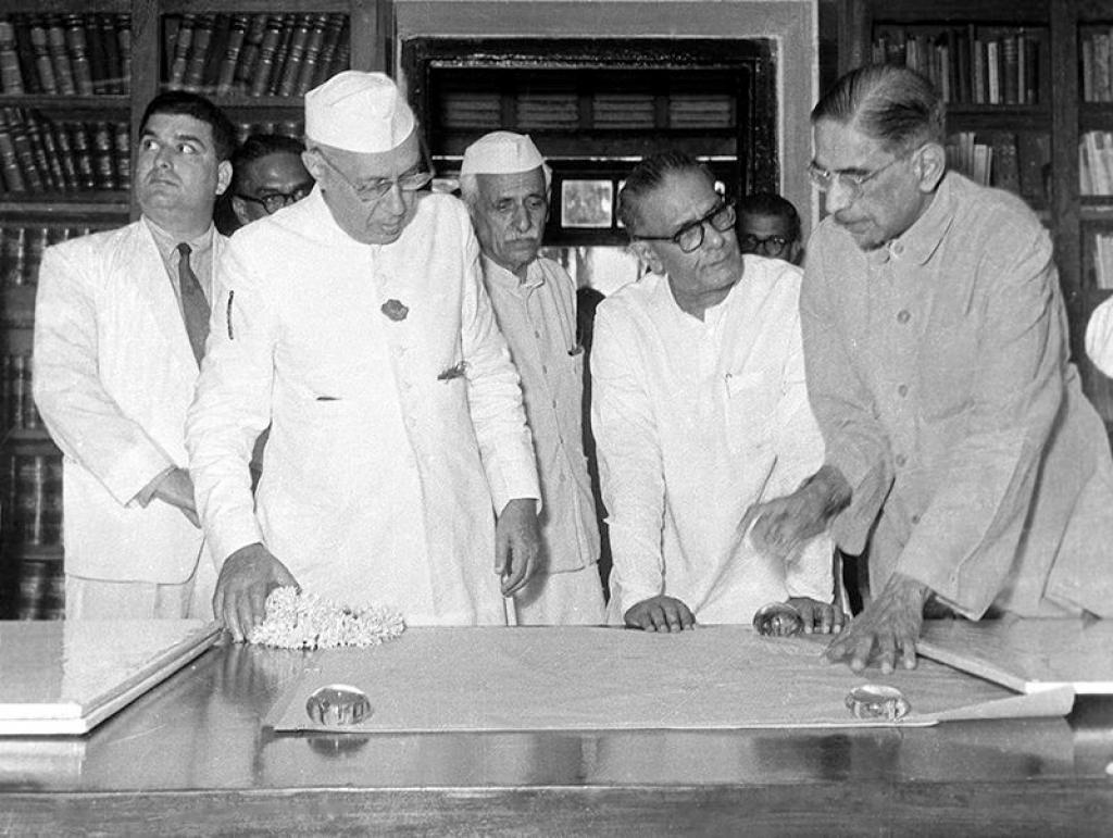 15 दिसंबर 1953 को भारतीय सांख्यकी संस्थान में प्रधानमंत्री नेहरू के साथ महालनोबिस। स्रोत: भारतीय सांख्यकी संस्थान