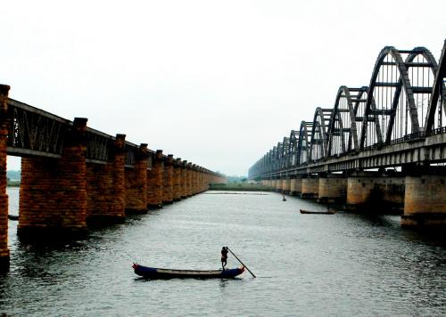 Maharashtra, Telangana sign pact on Godavari irrigation projects amid protests