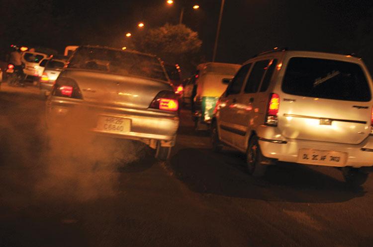 भारत अपने महत्वाकांक्षी इलेक्ट्रिक वाहन नीति के जरिए 2030 तक रोड और परिवहन से ही करीब 64 फीसदी ऊर्जा बचा सकता है और साथ ही करीब 37 फीसदी कार्बन का उत्सर्जन भी कम कर सकता है (मीता अहलावत / सीएसई)