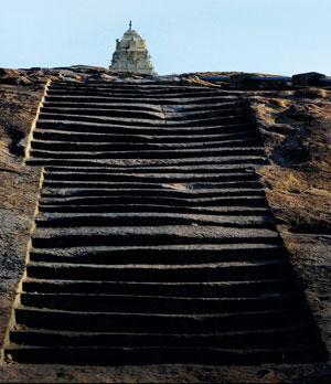 बेंगलुरु के लालबाग गार्डन में इस तरह के पुराने चट्टानों का आधार बन गया था जिसके चारों ओर नए चट्टान एकीकृत होते गए और इस तरह प्रायद्वीपीय भारत का निर्माण हुआ