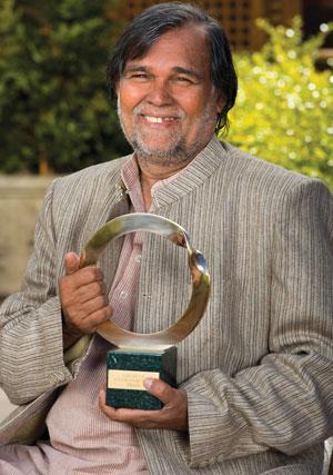 गोल्डमैन पर्यावरण पुरस्कार की ट्राफी के साथ पर्यावरणविद प्रफुल्ल सामंतरा (गोल्डमैनप्राइज.ओआरजी)