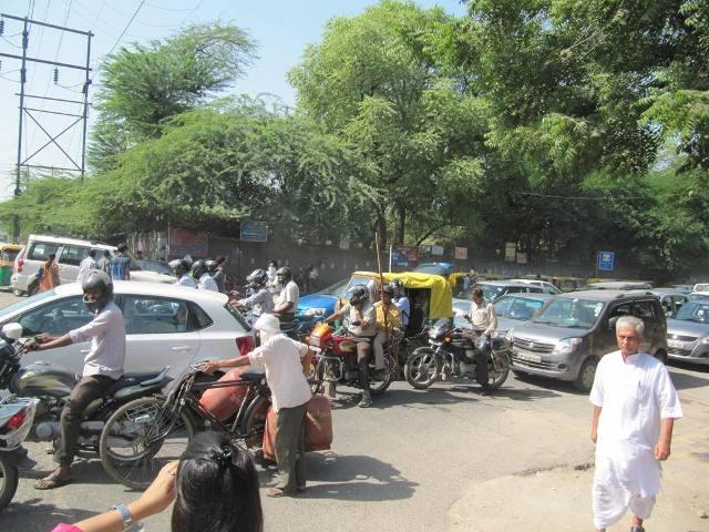 Traffic jams are a common sight on Alaknanda Road (Photo: Usman Naseem)