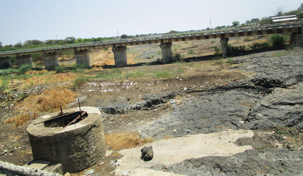 Defunct jackwell on dried-up Manjara river at Nagzari barrage in Latur district. Manjara is the only river in the district.