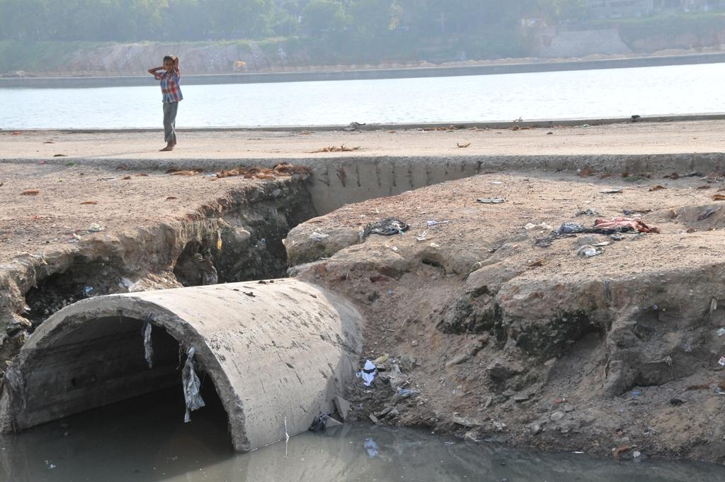 The current piped sewerage systems do not treat sewage but merely transport it away, says CSE (Photo: Meeta Ahlawat)