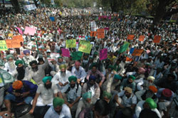 Agrarian crisis: farmers from 15 states protest at Delhi Jantar Mantar