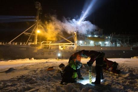Scientists at work during night (Photo: Paul Dodd/Norwegian Polar Institute)