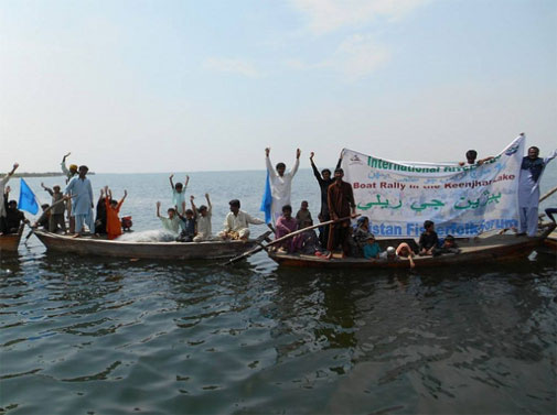 Pakistan Fisherfolk Forum hosts a boat rally as part of their 2 week long campaign calling for a halt to dam projects (Photo courtesy International Rivers)