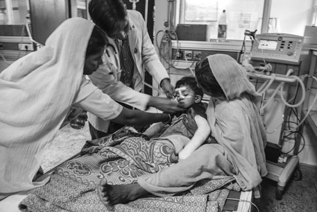 A child suffering from AES from Gopalpur, Bihar, arrives at the BRD Medical College in unconscious state. Both his hands got fractured while travelling