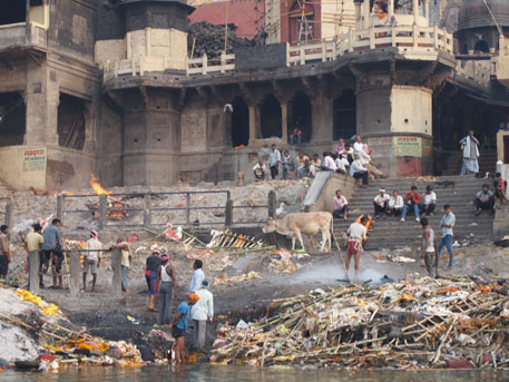 Cremation ghat at Varanasi. Around 32,000 bodies are cremated on the ghats, and many a time half burnt bodies are thrown into the river (photos by Latha Jishnu)