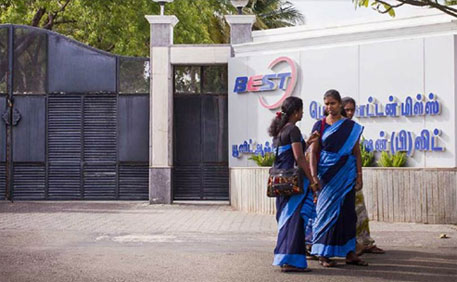 Workers waiting for the bus in front of the gate of Best Cotton Mills in Tamil Nadu (Credit & courtesy: indianet.nl)