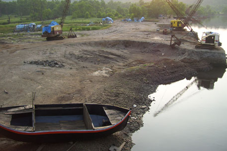 Bank of Bankot creek in Mahad, Raigad, ravaged by sand mining (photo by Aparna Pallavi)