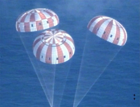 Orion under its parachutes (Photo: NASA/flickr)