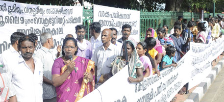 Protest outside Kerala secretariat (courtesy Mathrubhumi)